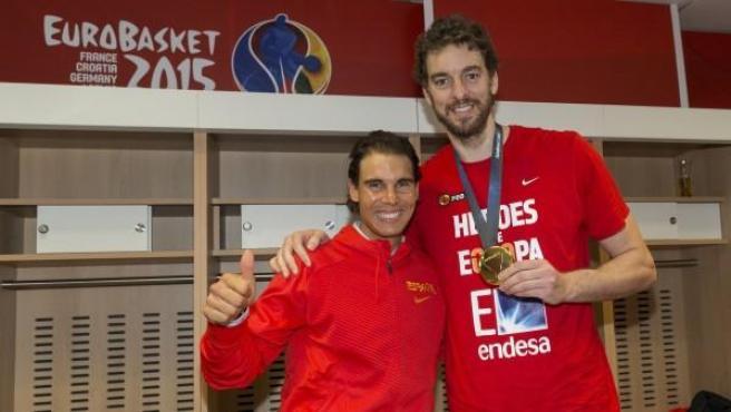 El tenista Rafa Nadal y el jugador Pau Gasol sonríen para la prensa tras lograr la medalla de oro la selección española de baloncesto en el Eurobasket 2015.