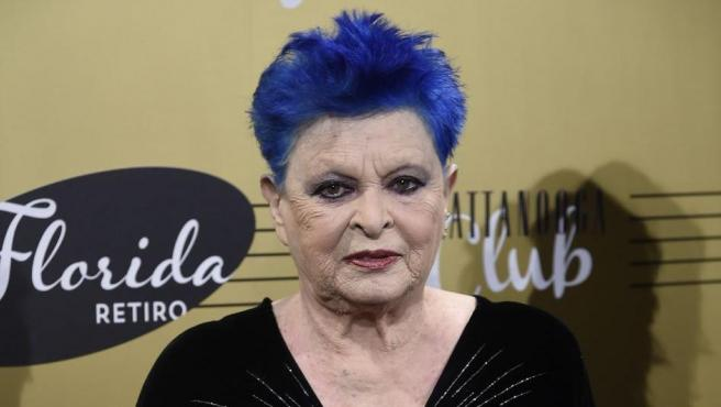 La actriz Lucía Bosé durante la presentación de Chattannooga Club en 'Florida Retiro' en Madrid, posando con el pelo azul.