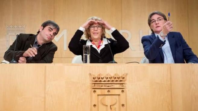 La alcaldesa de Madrid, Manuela Carmena,acompañada por el edil de IU Jorge García Castaño (izq) y de la delegada de Equidad, Marta Higueras.