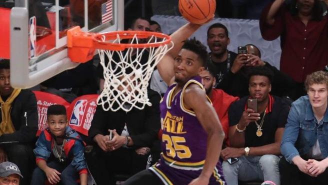 Donovan Mitchell, de los Utah Jazz, vuela para ejecutar uno de sus mates en el concurso del All Star de 2018.