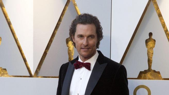 El actor Matthew McConaughey posa con pajarita roja durante la alfombra roja de la 90 edición de los Óscar.