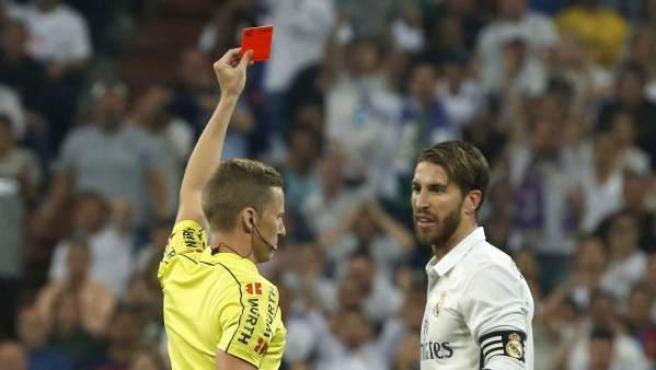 Momento en el que el árbitro Hernández Hernández expulsa a Ramos.