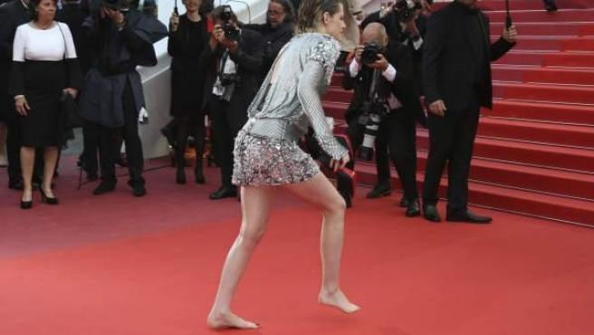 La actriz Kristen Stewart se quita los zapatos en Cannes como protesta por obligar a las mujeres a ir con tacones