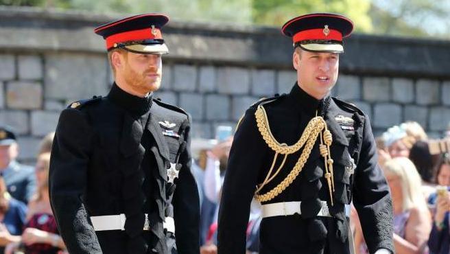 Los príncipes Harry y Guillermo llegan a la capilla de San Jorge para la boda.