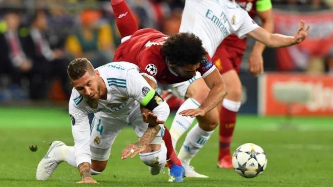 En una refriega con Sergio Ramos, la estrella del Liverpool cayó sobre su hombro y tuvo que pedir el cambio entre lágrimas.