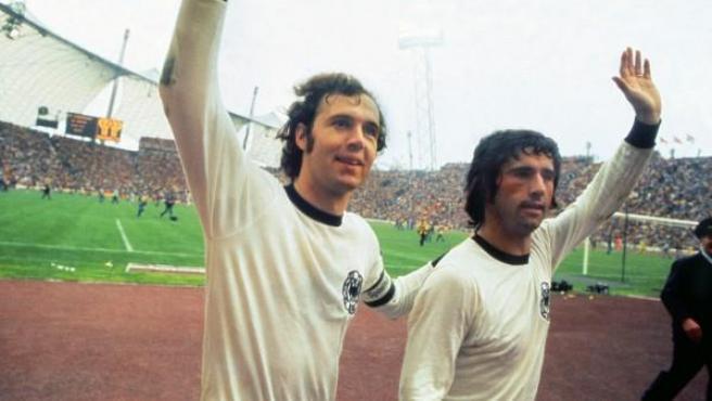 "<p><span class=""standardtextnolink"">Franz Beckenbauer, en una celebración con Gerd Muller (derecha).</span></p>"