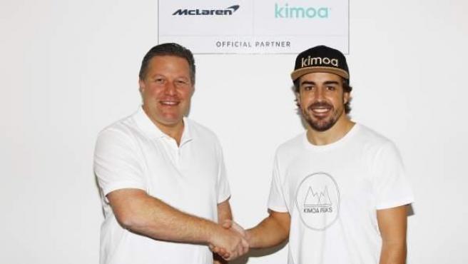 Zak Brown, jefe de McLaren, junto a Fernando Alonso durante la firma del acuerdo con Kimoa.