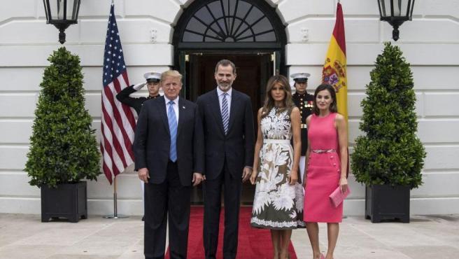 Los Trump y los reyes posan a las puertas de la residencial presidencial.