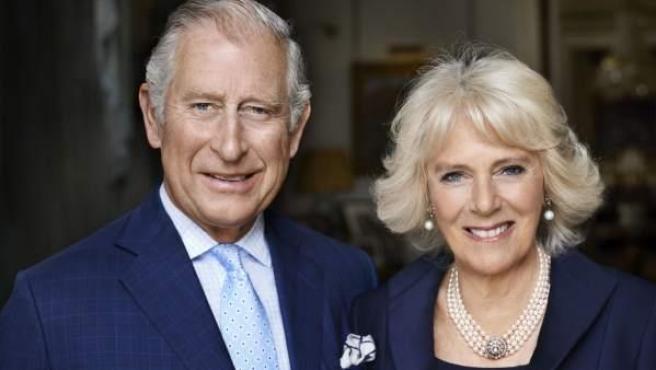 El príncipe de Gales Carlos y su esposa, la duquesa de Cornualles, posan para Mario Testino en la sala de desayuno de la Clarence House, Londres , el pasado mes de mayo de 2017.