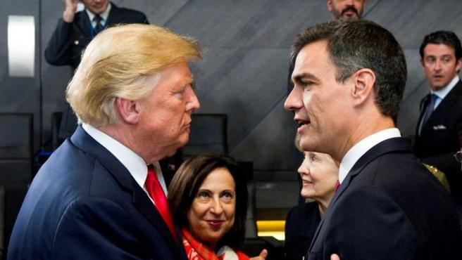 El jefe del Gobierno español, Pedro Sánchez, y el presidente de Estados Unidos, Donald Trump, se saludan por primera vez.