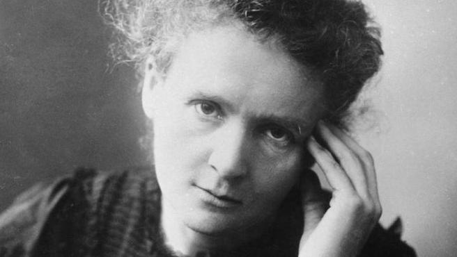 Científica polaca nacionalizada francesa que está considerada un auténtico referente para la mujer en el mundo de la ciencia. Ganó dos veces el Premio Nobel, uno en Física por el descubrimiento de la radiactividad junto a su marido, y otro en Química por el radio y el polonio.