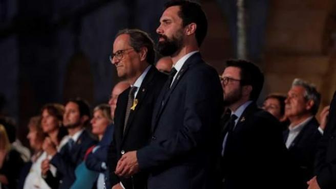 """El presidente de la Generalitat, Quim Torra, y el presidente del Parlament, Roger Torrent, con un farolillo con la Llama del Canigó, en las puertas del Parlament, durante la """"Marcha por la libertad""""."""
