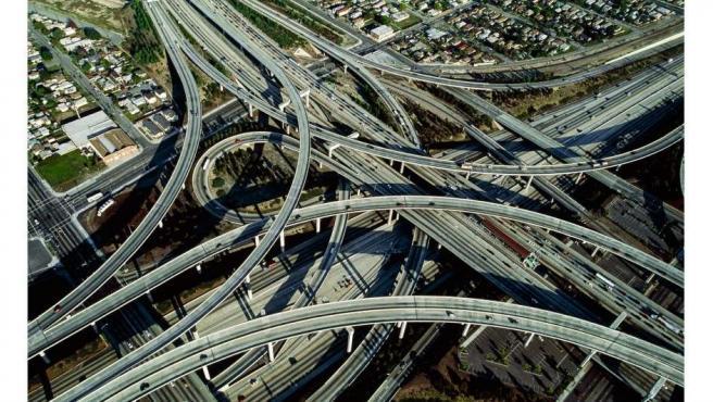 Yann Arthus-Bertrand.  Intercambio entre las autopistas 105 y 110, Los Ángeles, Estados Unidos (34 ° 02 'N, 118 ° 16' W), 2009.