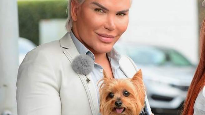 Rodrigo Alves, más conocido como el 'Ken' humano, posa con un pequeño york shire.