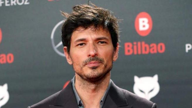 El actor y modelo Andrés Velencoso posa a su llegada a la sexta edición de los Premios Feroz 2018, otorgados por informadores y críticos de cine de España.
