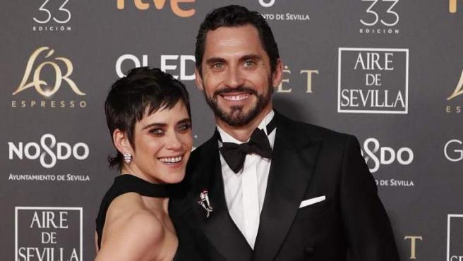 Paco y Maria León posan sonrientes a su llegada a los Goya 2019, en el Palacio de Exposiciones y Congresos de Sevilla.