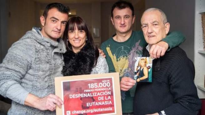 Los hijos y el marido de Maribel Tellaetxe, enferma de alzhéimer, recogen firmas para la despenalización de la eutanasia.