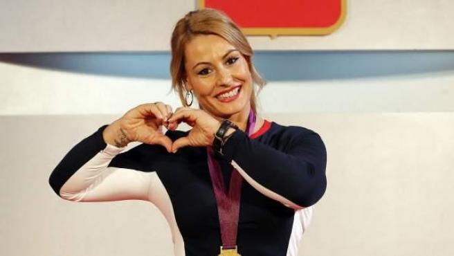 Lydia Valentín posa con su medalla de oro de Londres 2012.