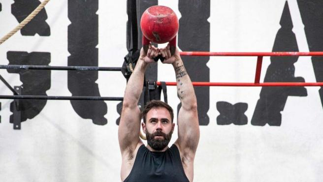 """Los ejercicios con mancuernas forman parte de las rutinas de crossfit. Se puede optar por distintas actividades siempre que se adapten a las condiciones físicas de la persona. """"Hay un monton de entrenadores totalmente cualificados que son capaces de adaptar cada entrenamiento al estado físico de la persona"""", explica Pakozoik."""