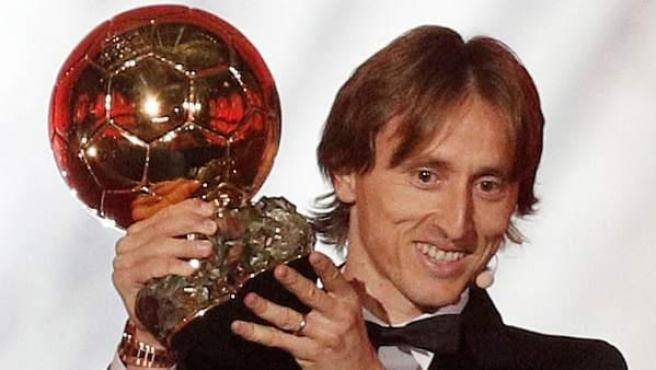 Luka Modric con su Balón de oro, en la ceremonia de entrega de los premios en París.
