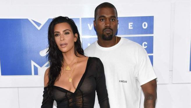 Una de las condiciones que puso el marido de Kim Kardashian para acudir a una entrevista en 2013 fue que la alfombra de su camerino estuviera planchada. Y es que al parecer el rapero y diseñador se tropieza con frecuencia.