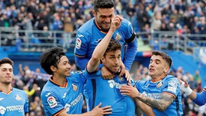 Los jugadores del Getafe celebran un gol rodeando a Jaime Mata.