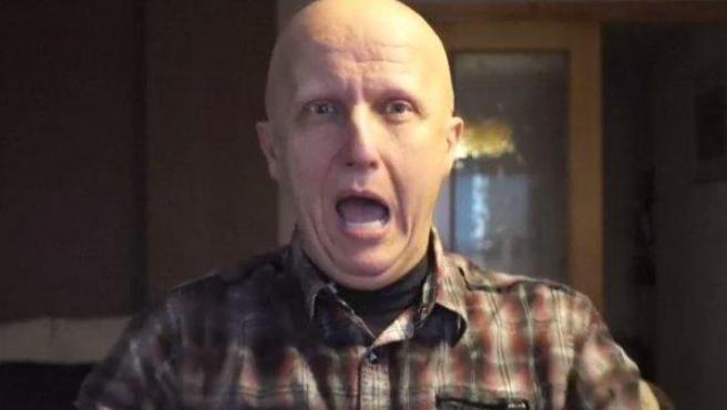 Paco Sanz, el hombre de los 2.000 tumores que estafó a la gente, se mofa de sus benefactores durante la grabación de uno de sus vídeos en los que pedía ayuda económica.