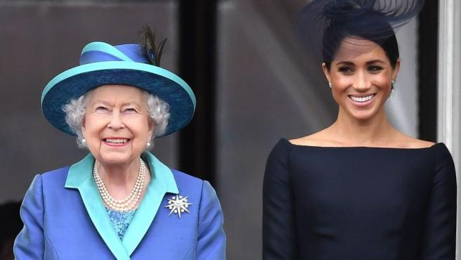 La Reina Isabel II junto a la esposa de su nieto Harry, Meghan Markle.