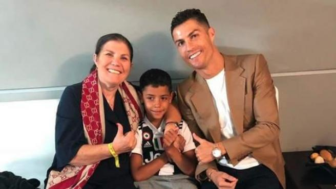 Cristiano Ronaldo, junto a su madre y su hijo.