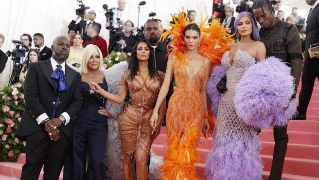 De izquierda a derecha, Corey Gamble, Kris Jenner, Kim Kardashian West, Kanye West, Kendall Jenner, Kylie Jenner y Travis Scott, en la alfombra roja de la Gala del MET 2019, en Nueva York.