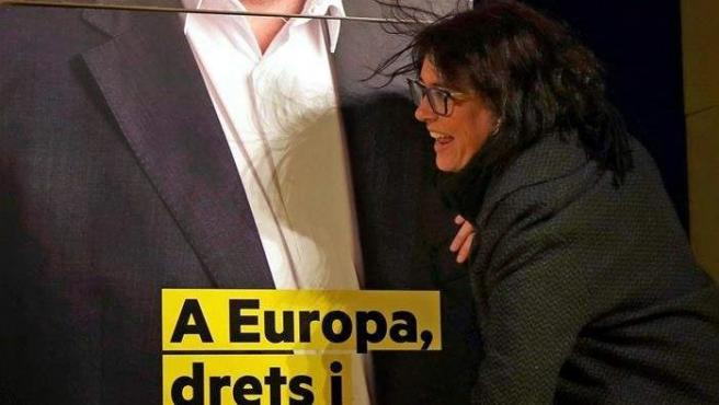La candidata a las elecciones europeas por ERC Diana Riba, junto a una foto del cabeza de lista y presidente del partido, Oriol Junqueras, durante el acto de inicio de campaña que Esquerra Republicana en Barcelona.