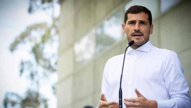 El portero español del Oporto, Iker Casillas, atiende a los medios a su salida del hospital tras su infarto.