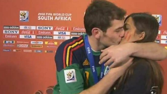 El espontáneo y apasionado beso de Iker Casillas a Sara Carbonero, en la Copa del Mundial de Sudáfrica en 2010.