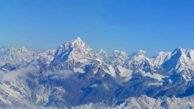 Vista aérea de la cordillera del Himalaya, con el monte Everest.