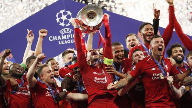 Este instante hizo que la euforia se desatara en Madrid. El Liverpool levantó la copa de la Champions, éxito que sus hinchas celebraron por todo lo alto en Madrid.