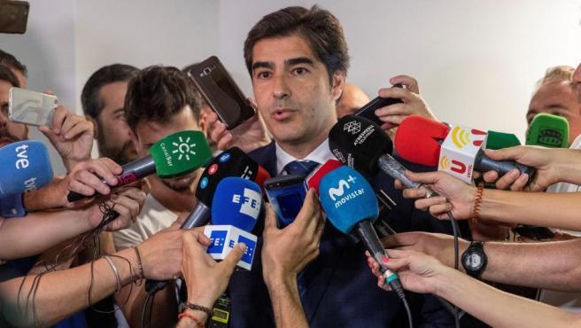 El presidente del Real Betis, Ángel Haro (c), en el velatorio de José Antonio Reyes.