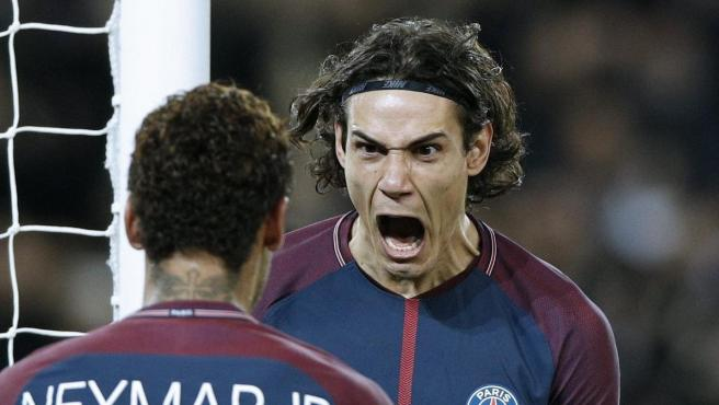 Cavani celebra un gol con Neymar.