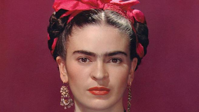 Frida Kahlo con blusa de satén azul, 1939. Fotografiada por Nickolas Muray