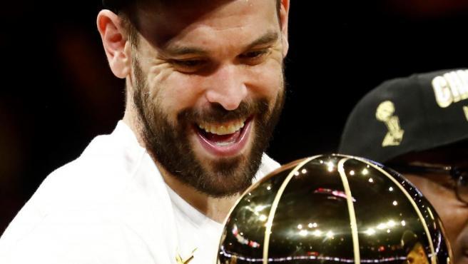 Marc Gasol, con el trofeo de campeón de la NBA conquistado por Toronto Raptors.