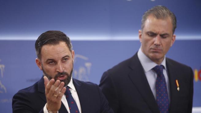 El líder de Vox, Santiago Abascal; y el secretario general del partido, Javier Ortega Smith durante una rueda de prensa en el Congreso.