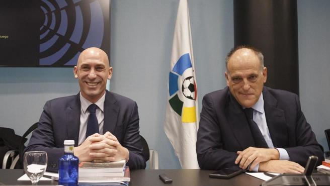Luis Rubiales y Javier Tebas antes de una Asamblea Gerneral Extraordinaria de LaLiga.