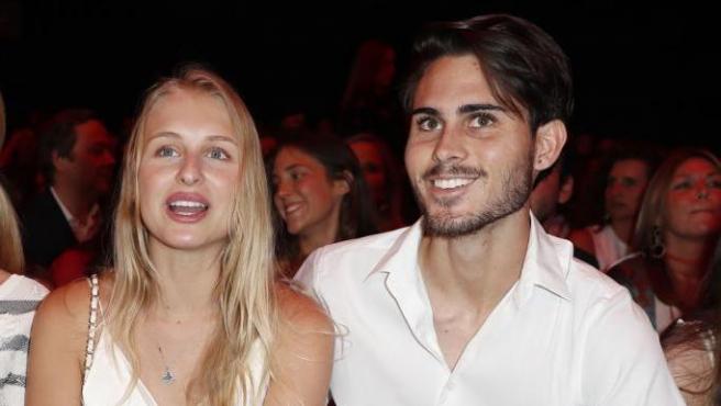 Miguel Alejandro Iglesias, junto a su madre Miranda Rijnsburger (izqda) y su novia Danielle Obolevitch (centro), en la Fashion Week de Madrid.