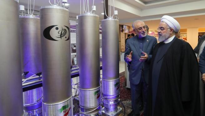 Fotografía de archivo realizada el 9 de abril de 2019 que muestra al presidente iraní, Hasán Rohaní, durante una visita a la organización de tecnología nuclear Ali Akbar Salehila en Teherán, Irán.