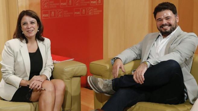 La portavoz del grupo socialista en el Congreso, Adriana Lastra, junto al portavoz de ERC, Gabriel Rufián.