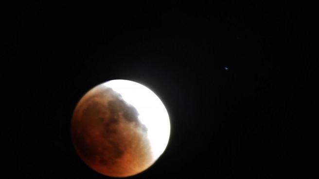 Progreso de un eclipse lunar en Gaza en 2011.