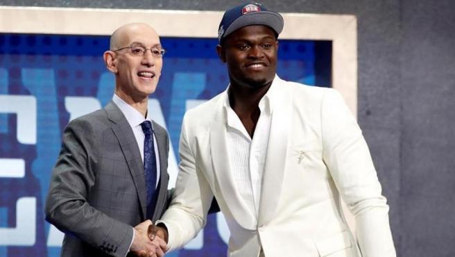 El comisionado de la NBA, Adam Silver, da la mano al primer seleccionado por los New Orleands Pelicans, Zion Williamson, durante el sorteo universitario de la NBA 2019.