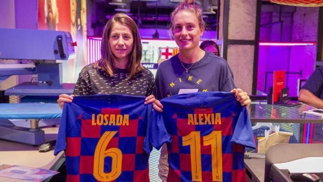 Vicky Losada y Alexia Putellas, con sus camisetas en la presentación.