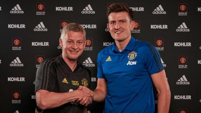 Maguire, junto al entrenador del United, Ole Gunnar Solskjaer.