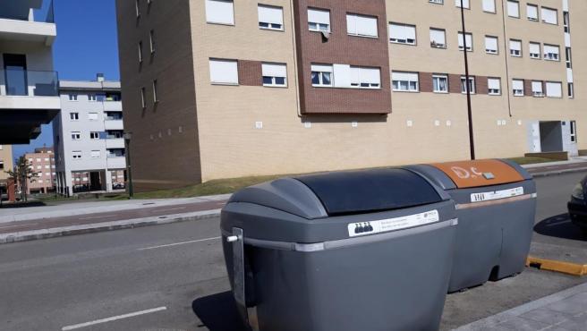 Contenedores en Gijón de la calle Jenaro Suárez Prendes, donde se halló el cadáver del bebé en Nuevo Roces