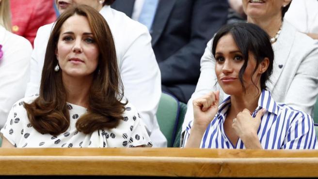 La duquesa de Cambridge, Kate Middleton, y la duquesa de Sussex, Meghan Markle, en el torneo de Wimbledon de 2018.